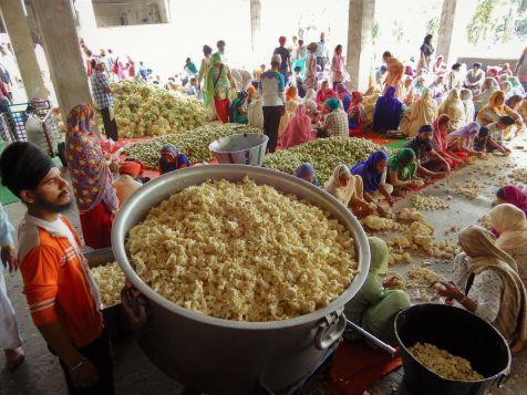 Voluntarios trabajando, Templo Dorado Golden Temple, Amritsar, India