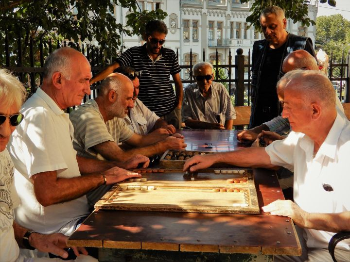 Georgia, Tbilisi, jugadores de dominó y backgammon