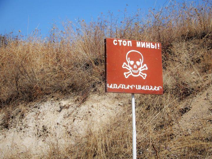 NAGORNO-KARABAJ, Campo de minas cercano a Jrakan, cartel en ruso