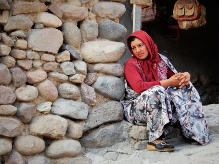 Mujer pensativa, Kandovan, Iran