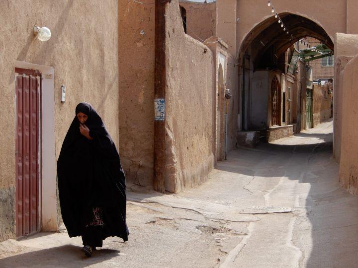 Chador y calle, Kashan, Iran