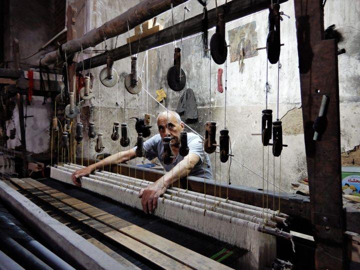 Artesano tejiendo, Kashan, Iran