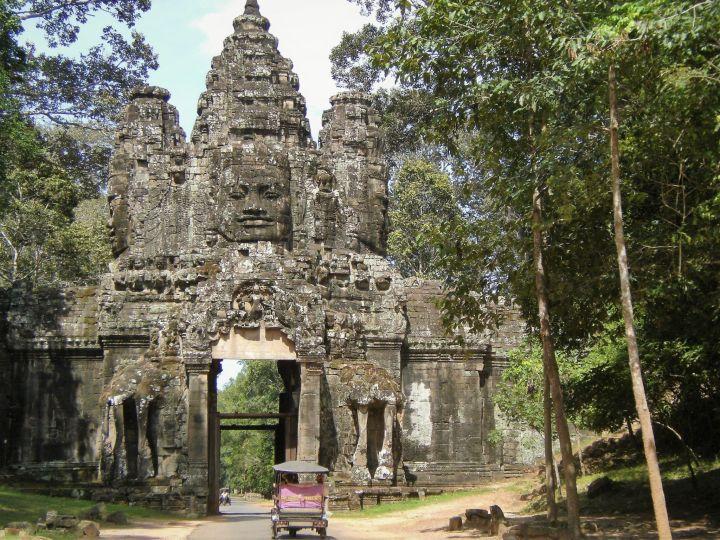 Angkor y tuk-tuk, Camboya