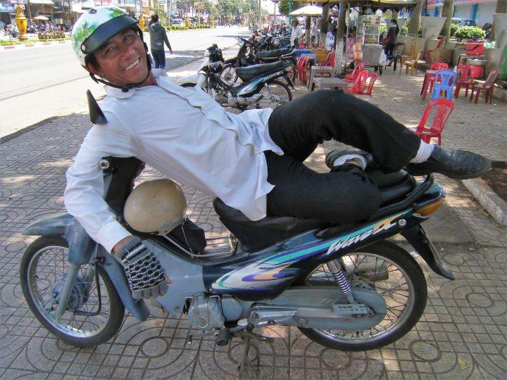 Hombre tumbado sobre moto
