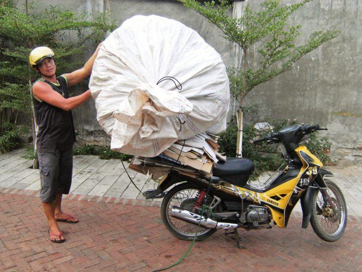 Bolsa grandísima sobre moto