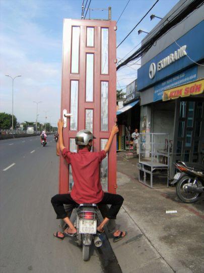 Puerta sobre una moto