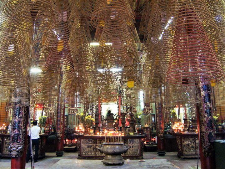 Templo lleno de incienso