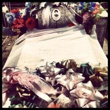 """Túmulo de José Leite de Santana (1901-1927). Jararaca era cangaceiro do bando de Lampião. No ataque à cidade de Mossoró-RN, """"Cidade Heroica"""", a população resistiu bravamente e frustrou a tomada. Dois alvejados: Colchete e Jararaca. Contam que primeiro morreu logo. Jararaca agonizou por dias atrás da cadeia. Pra alguns foi enterrado vivo. No Cemitério São Sebastião seu túmulo repousa cercado de flores ornamentais e eventuais ex-votos. Muita cachaça ali é derramada, marcando seu lugar ritual no panteão dos santos populares. #rn #sertao #jararaca #lampiao, Dez/2013"""