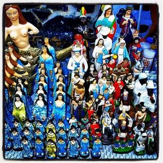 Imagens tridimensionais de santos católicos e divindades de várias matrizes religiosas. Festa de Yemanjá, Rio Vermelho, Salvador-BA. 02/fev/2004