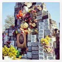 """Placas votivas em mármore, gravadas em baixo relevo e pintadas. Túmulo de """"Santa"""" Filisbina Müller, Cemitério da Quarta Parada, São Paulo-SP. 21/ jul/2008"""