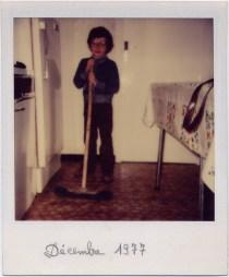 (1) Décembre 1977, Portrait de Régis Perray au balai dans la cuisine du Petit-Mars.