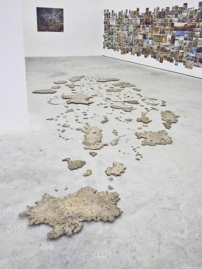 (14) Des Bouts du Monde (2007) éparpillés au sol au Mur des Sols (1995-2012, détail) accrochés au Mur.