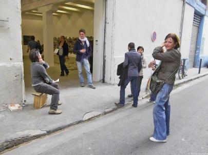 (26) Je retrouve Agnès à l'unisson avec Régis Perray sur la perron de la galerie pour L'Astiqueur, son action réalisée pour le finissage.