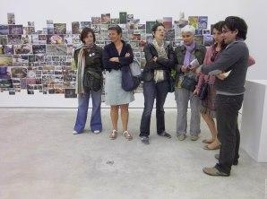 (33) Agnès et Martine, deux Globe-Blogueuses (Beau lapsus de Sylvie Réno) et quelques autres groupies sont attentives aux propos de Régis.