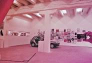 Happy Hours ˆà la Galerie Gourvennec Ogor du 31 mai au 02 aoûžt 2014 (Marseille), vue au travers de Philipp (2011), DIETER DETZNER (Plexiglass, Acrylique, 165 x 120 x 26 cm), Courtesy Galerie Gourvennec Ogor