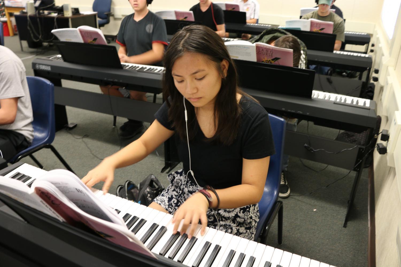 Estudiante de segundo año Julie Nguyen participará en el evento anual de Barktoberfest, en el cual contribuirá sus obras de arte para una subasta. (CAM MEDRANO/EYE OF THE TIGER)