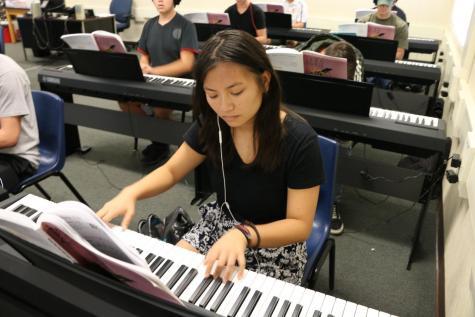 Estudiante de segundo año contribuye al evento de Barktoberfest