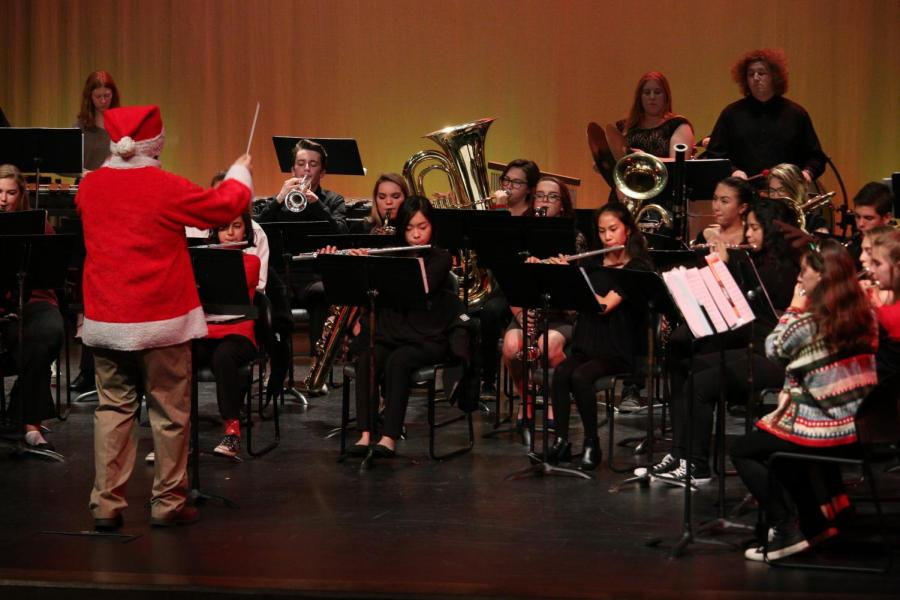 RHS+Band+director+Matt+Koutney+conducts+at+last+Wednesday%E2%80%99s+winter+band+performance.+Koutney+and+senior+alto-saxophone+player+Alyssa+Abbott+believe+the+addition+of+section+instructors+improved+performance+at+shows.+%28SINO+OULAD+DAOUD%2FEYE+OF+THE+TIGER%29