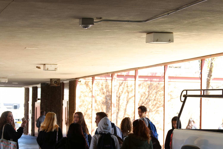 (SINO OULAD DAOUD/EYE OF THE TIGER)  Una camara de seguridad observa el entorno de los pasillos de RHS. La administracion de RHS implemento las camaras este ano y ahora estan evaluando cuanto metraje de cine comparten.