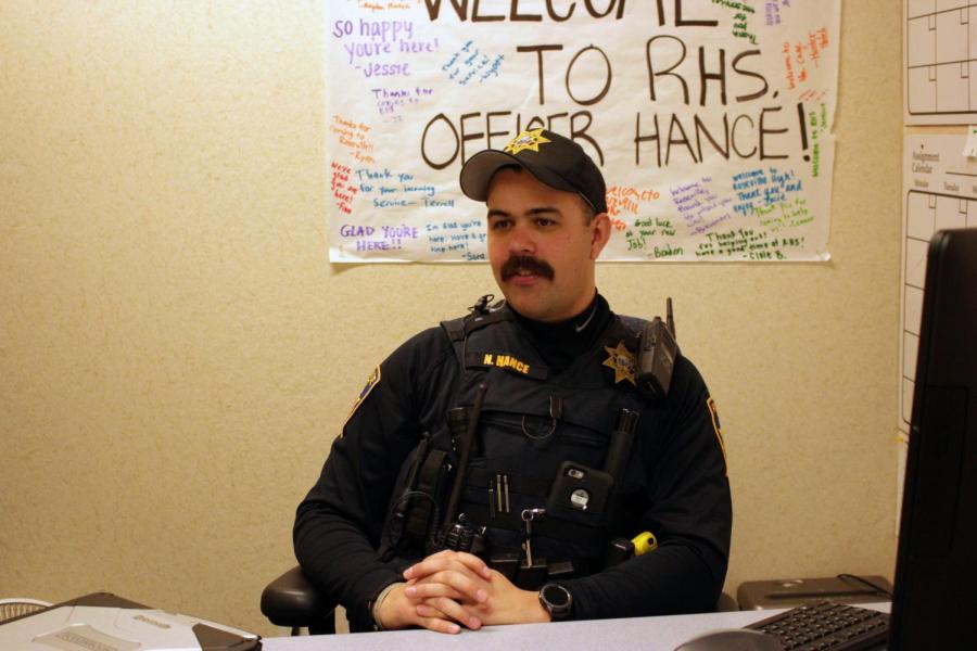 El estudiante oficial de recurso Nathan Hance asuma el papel de RHS