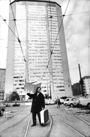 Immigrato sardo davanti al grattacielo Pirelli, Milano, 1968