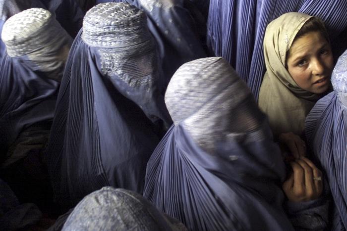 Mario Laporta Afghanistan, Kabul. un gruppo di donne in attesa di registrare il proprio nome per rientrare in Afghanistan in un ufficio dell UNHCR.