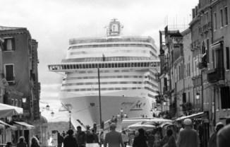 Il passaggio in Bacino San Marco visto da via Garibaldi ©Gianni Berengo Gardin