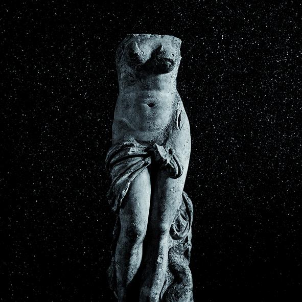 1) Afrodite con delfino (I sec. d.C.) da Milano, via S. Primo, marmo (Milano, Civico Museo Archeologico, inv. A 0.9.1173)