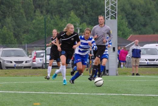 Två av Söderdamernas målskyttar mot IFK Lidingö. Stina Gävbo och i bakgrunden Freja Olofsson. Bilden från IFK Lidingös hemsida.
