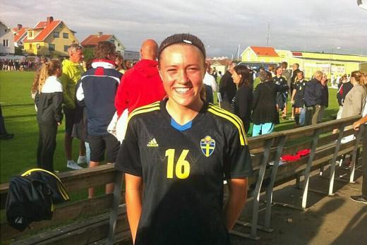 En glad Freja Olofsson efter 5-1 sgern över England och givetvis även över sitt första landslagsmål.