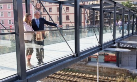 Barakaldo inaugura una pasarela peatonal que salva las vías de Renfe