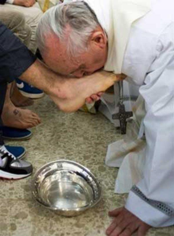 pope kiss feet
