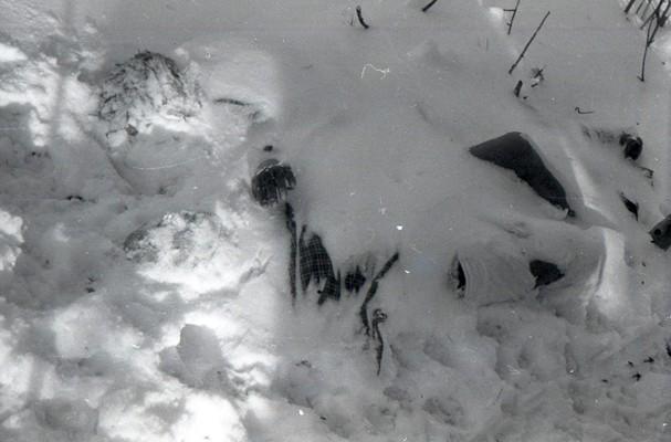 Тайна перевала Дятлова. Тело Зины Колмогоровой после откапывания из-под толщи снега на склоне Холат-Сяхыл.