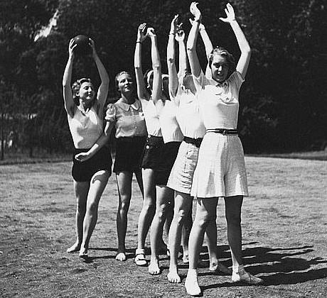 Лебенсборн игра в мяч молодых немок