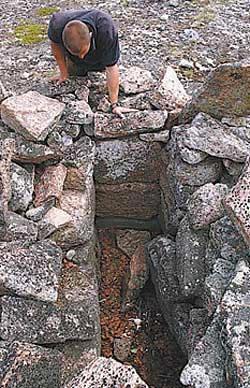Одна из каменных гробниц, найденных на Русском Севере.