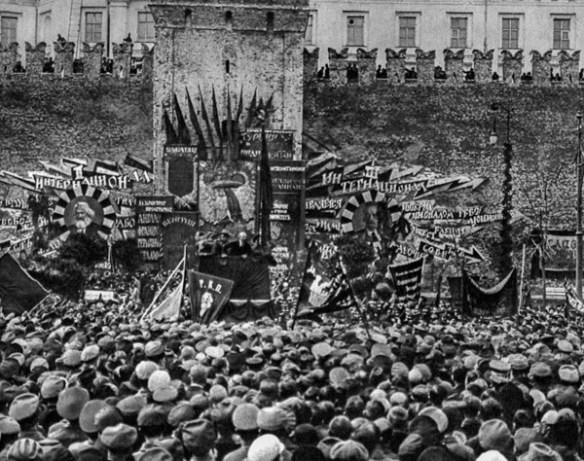 Ульяновъ-Ленинъ-Бланкъ вѣщаетъ «пролетаріату» на мѣстѣ своего будущаго «Мавзолея».