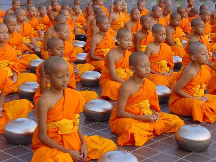 маленькие буддисткие монахи. Далай Лама