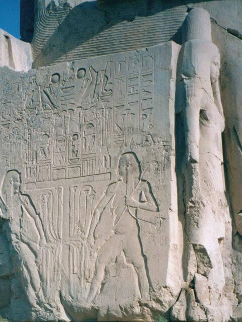 Боковая поверхность статуи.