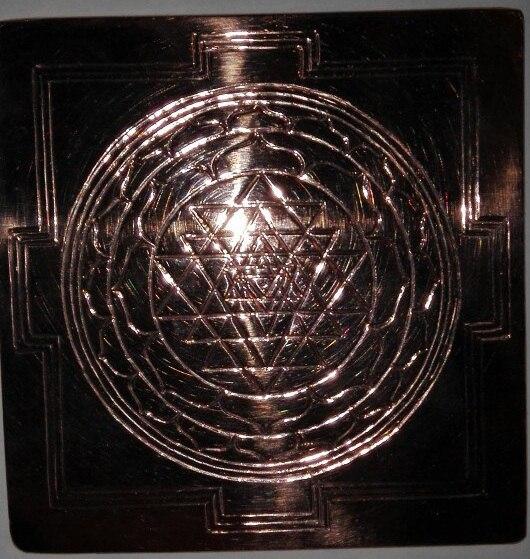 Шри Янтра -Царица всех янтр и содержит в своей форме всё мироздание. Гармонизирует любое пространство, повышает вибрации. Космогенезис Шри Янтры.