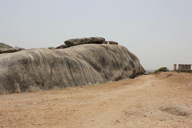Самой большой загадкой пещер Барабар, являются идеально отполированные стены, правильной полукруглой формы.