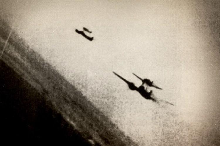 Пара «Мистелей» попала в объектив фотокинопулемета американского истребителя