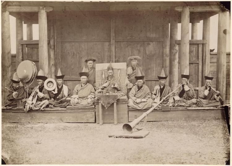 Хамбо-лама (в центре) Гусиноозёрского дацана. 1886 год.