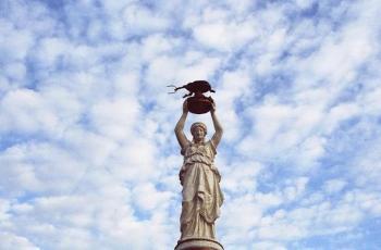 Памятник жуку-долгоносику – причудливая реальность