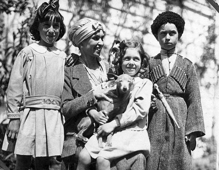 Баронесса-Врангель-с-детьми-в-Турции