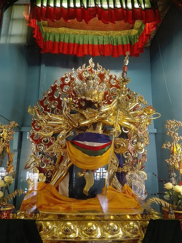 Монастырь Гьюто.Чакрасамвара — идам (дэва, божество как объект визуализации и практики в буддийской тантре), главное «действующее лицо» в Чакрасамвара тантре, которая относится к классу так называемых материнских тантр — этот класс тантр больше внимания уделяет мудрости (мудрость считается женским аспектом, в то время как упайя \искусные средства\ — мужским)