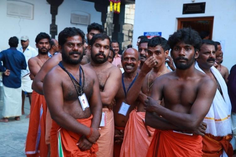 паломники возле храмового комплекса Вишну Темпл