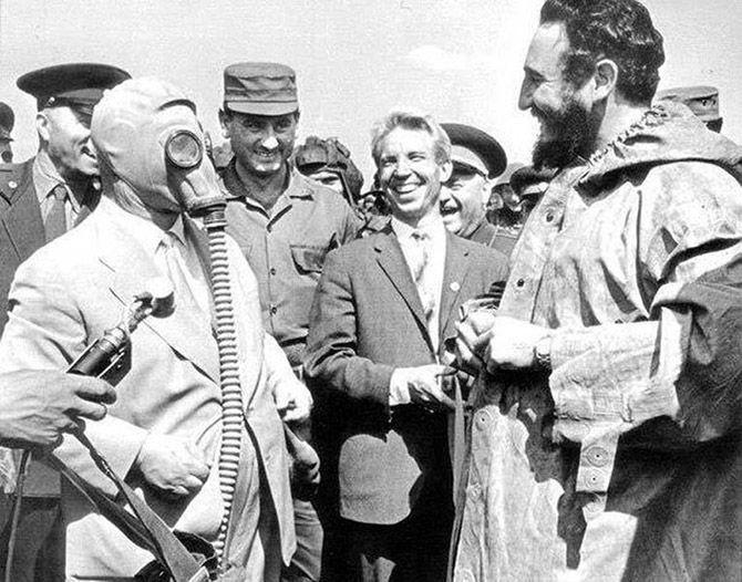Кастро и Хрущев в противогазе