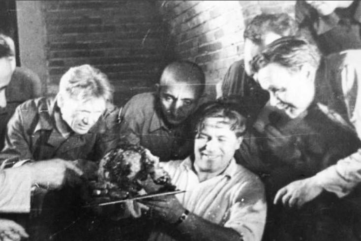 Советские ученые изучают череп Тамерлана