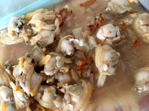 あさりの汁と淡口醤油・料理酒・ごま油・揚げにんにくのみじん切りを混ぜたものにつけておく