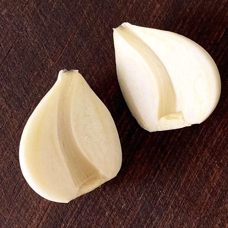 にんにくを縦半分に切って、芯を取り除く
